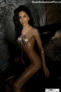 Deepika Padukone Nude Painted her Body with Oil [Fake]